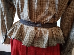 apron tightened with elastic